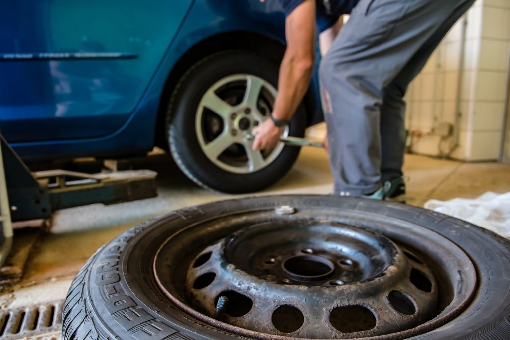 changing car tires